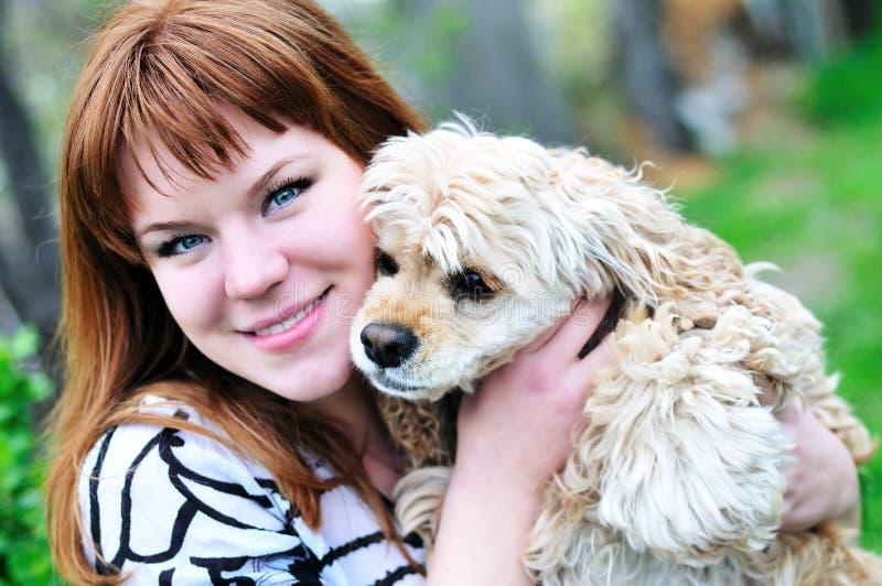 Mädchen und Hund lizenzfreie stockfotos