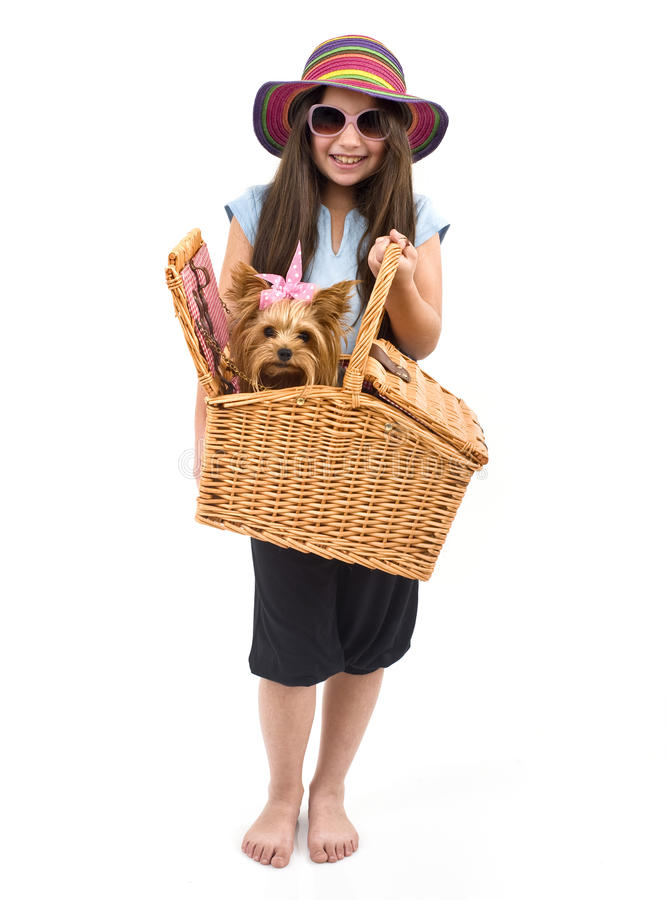 Mädchen und Hund im Picknickkorb lizenzfreie stockfotos
