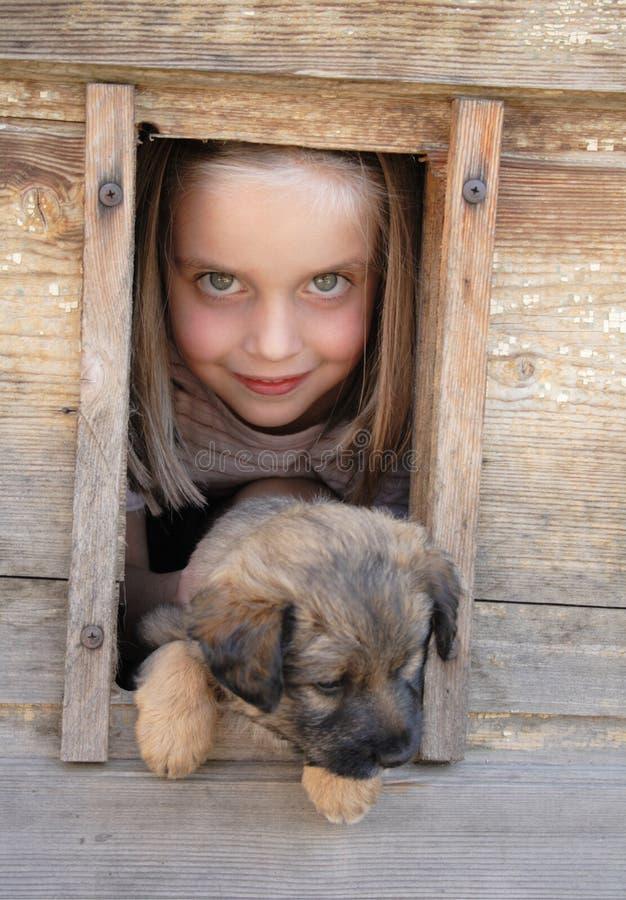 Mädchen und ihr Haustier lizenzfreie stockbilder