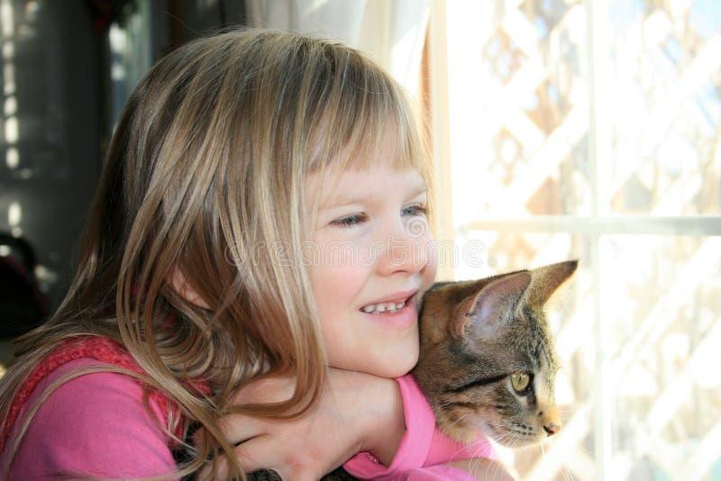 Mädchen und ihr Kätzchen. lizenzfreie stockbilder