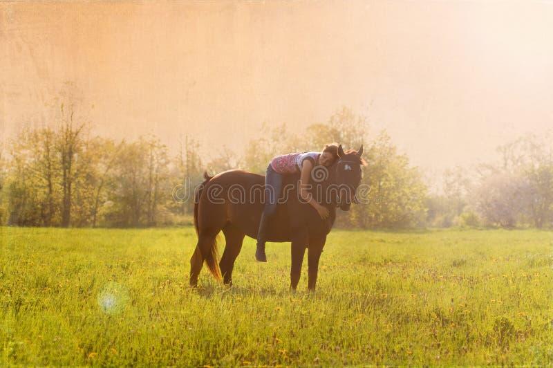 Mädchen und ihr Pferd lizenzfreie stockbilder