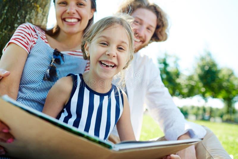 Mädchen und ihre Eltern lizenzfreie stockfotos