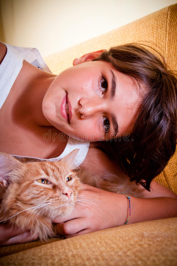Mädchen und ihre Katze stockfotografie