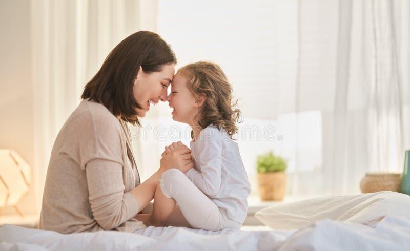 Mädchen und ihre Mutter genießen sonnigen Morgen stockfotos