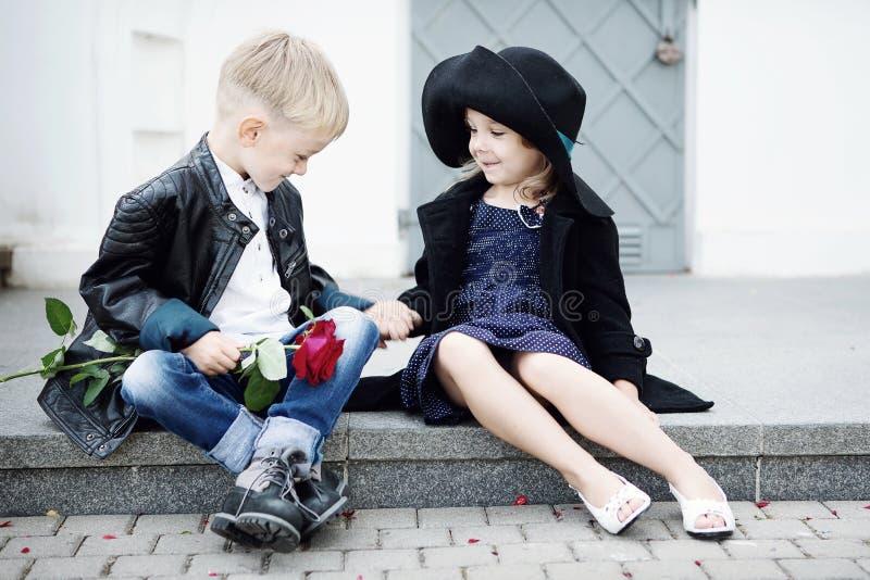 Mädchen und Junge lizenzfreies stockbild
