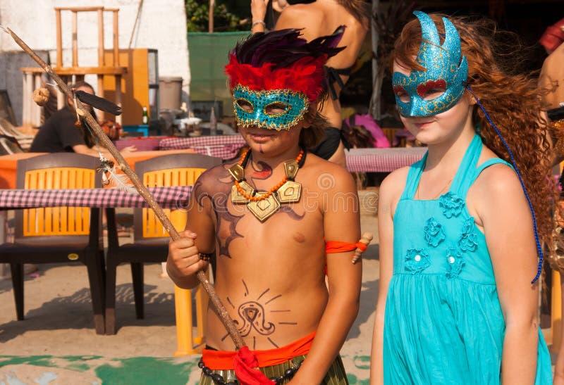 Mädchen und Junge in den Karnevalskostümen  lizenzfreie stockfotos