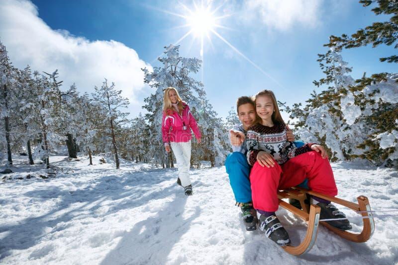 Mädchen und Junge, die Pferdeschlittenfahrt genießen Kinderrodeln Kleinkindkind r stockbilder