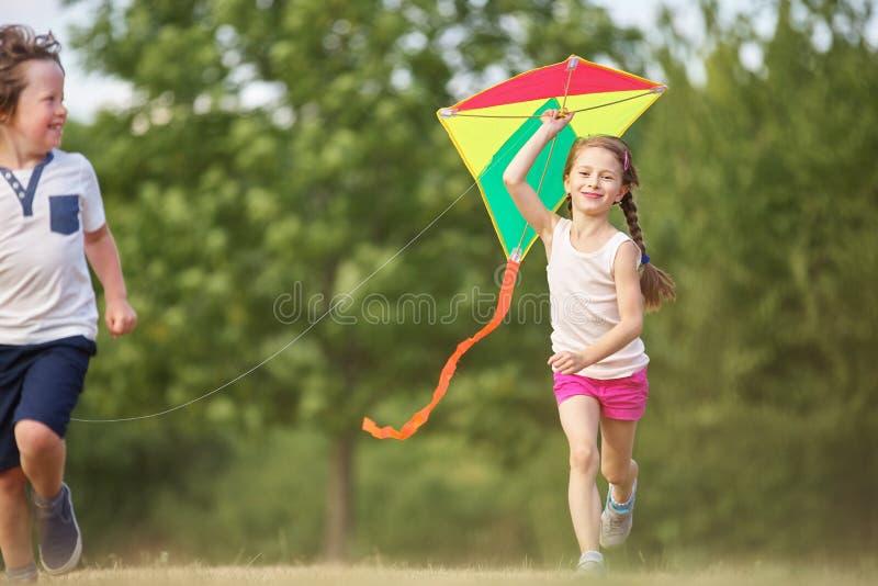 Mädchen und Junge havin Spaß lizenzfreies stockfoto