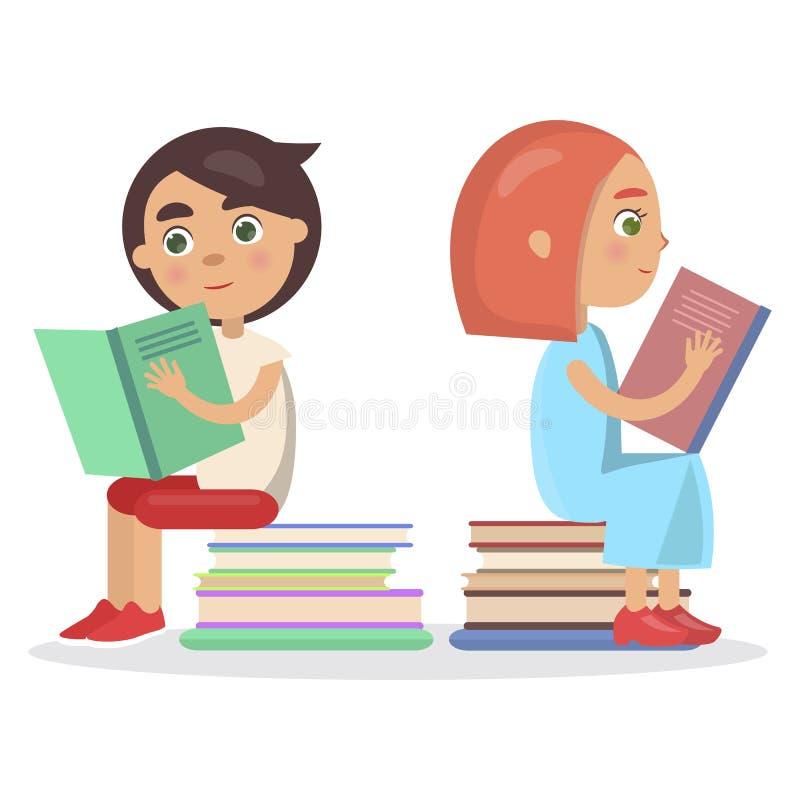 Mädchen und Junge mit offenem Lehrbuch sitzen auf Büchern stock abbildung