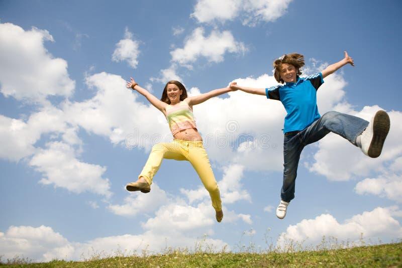 Mädchen- und Jungenspringen. Weicher Fokus. Fokus auf Augen lizenzfreies stockfoto