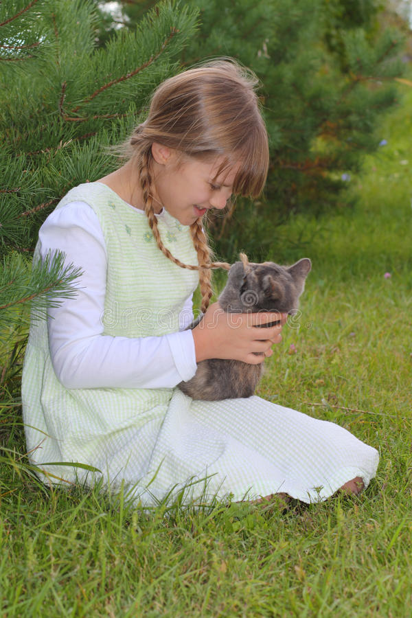 Mädchen und Kätzchen lizenzfreie stockfotos