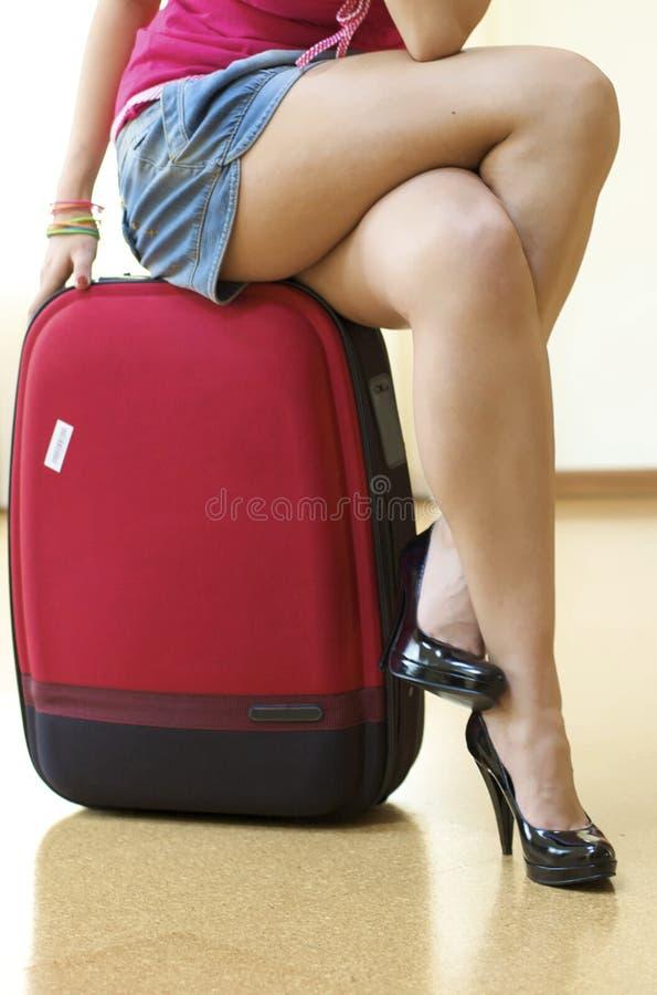 Mädchen und Koffer lizenzfreie stockfotos