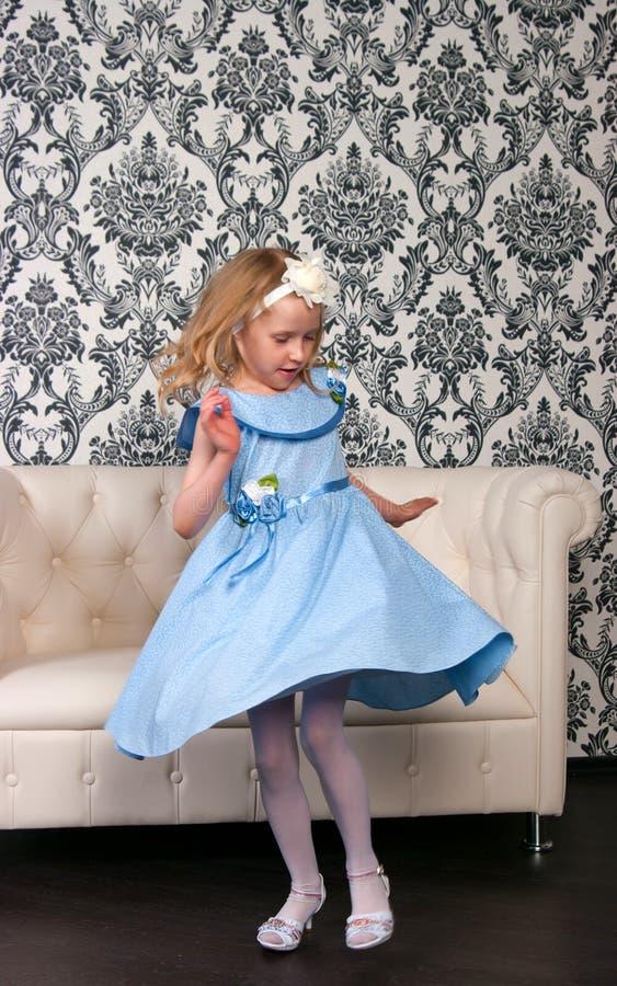 Mädchen- und Ledersofa lizenzfreies stockfoto