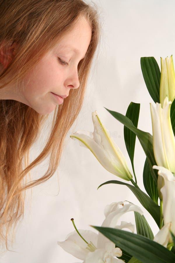Mädchen und Lilien stockfoto