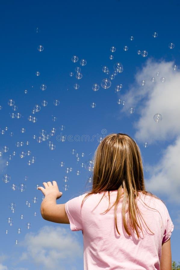 Mädchen und Luftblasen stockbild