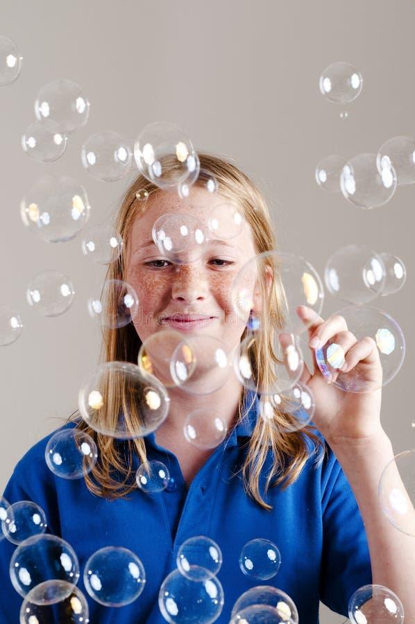 Mädchen und Luftblasen lizenzfreie stockbilder