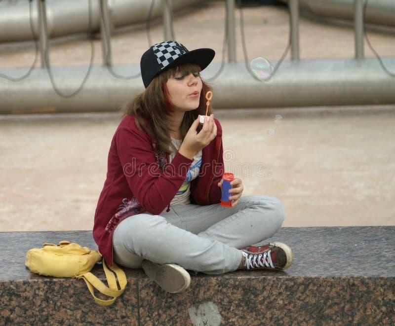 Mädchen und Luftblasen lizenzfreies stockfoto