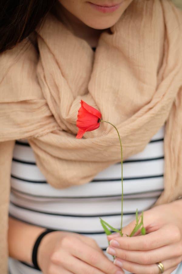 Mädchen- und Mohnblumenblume stockfoto