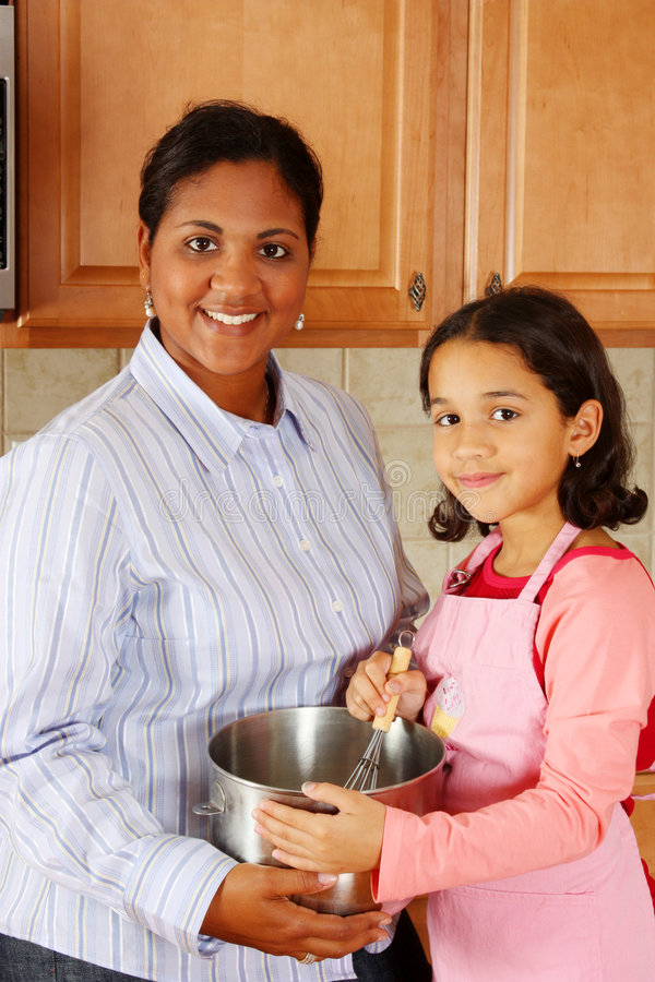 Mädchen-und Mutterkochen lizenzfreie stockfotografie