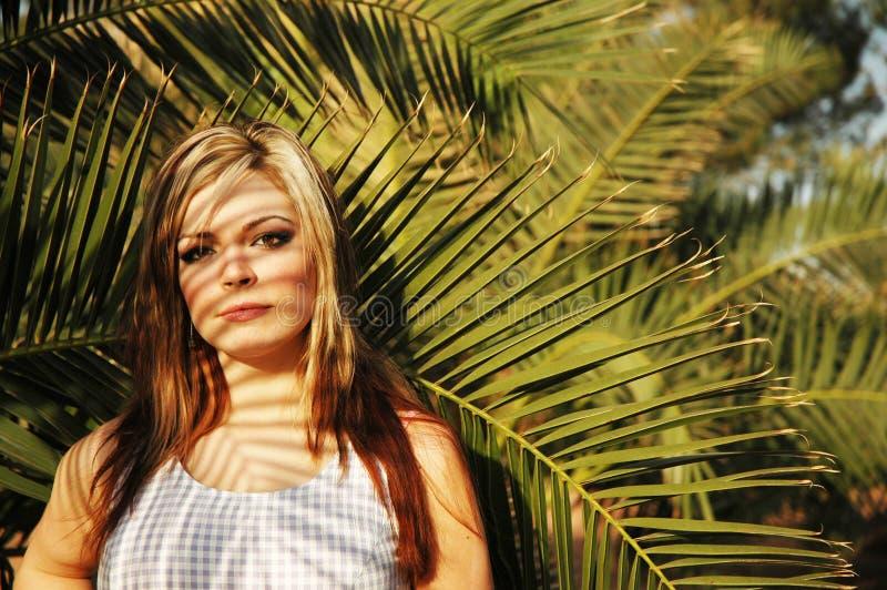 Mädchen und Natur lizenzfreie stockfotos