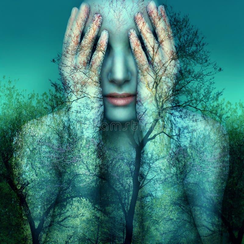 Mädchen und Natur im Blau lizenzfreie stockfotos