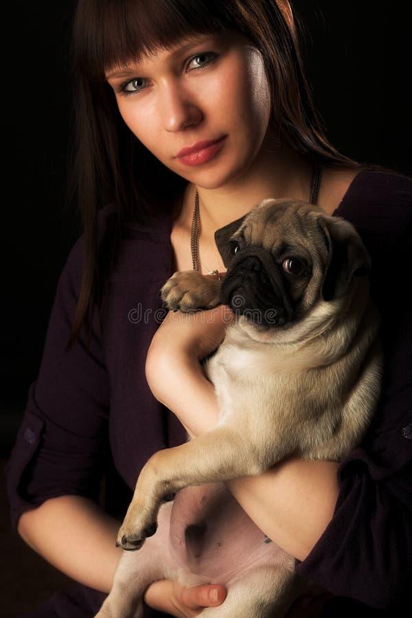 Mädchen und Pug lizenzfreie stockfotos