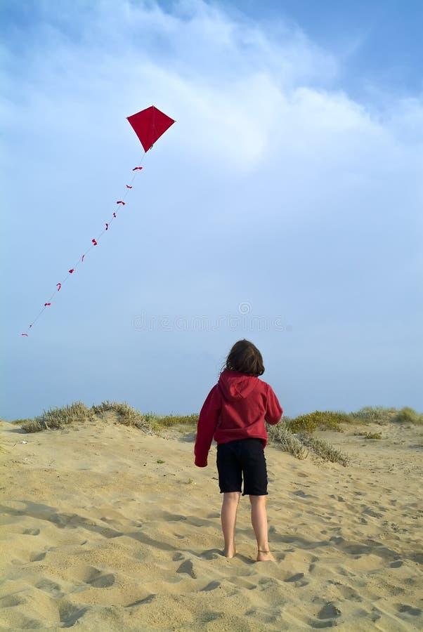 Mädchen und roter Drachen lizenzfreie stockfotos