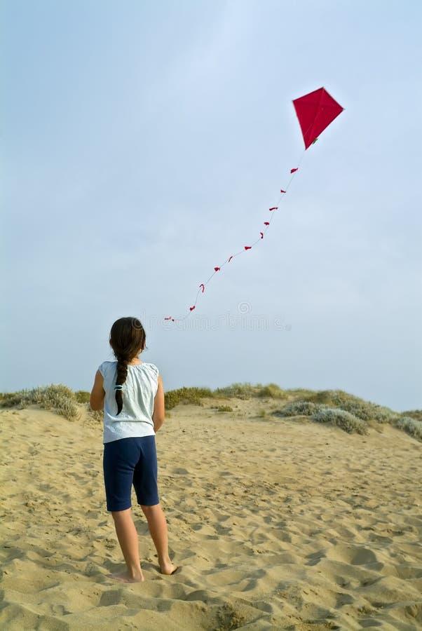Mädchen und roter Drachen lizenzfreies stockfoto