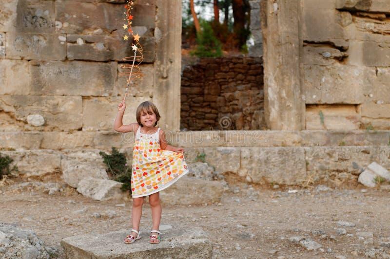 Mädchen und ruiniertes Gebäude lizenzfreies stockfoto