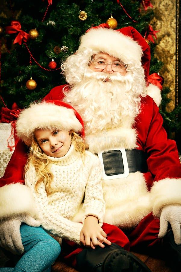 Mädchen und Santa Claus lizenzfreie stockfotografie