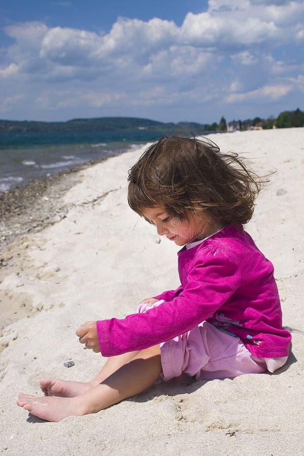 Mädchen- und Seeküste lizenzfreies stockbild