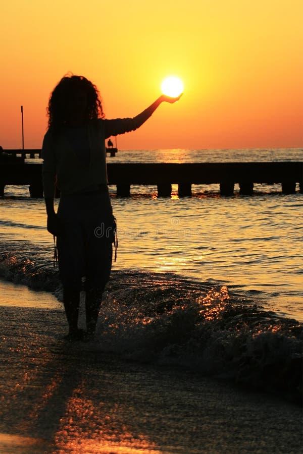 Mädchen und Sonne stockfotografie