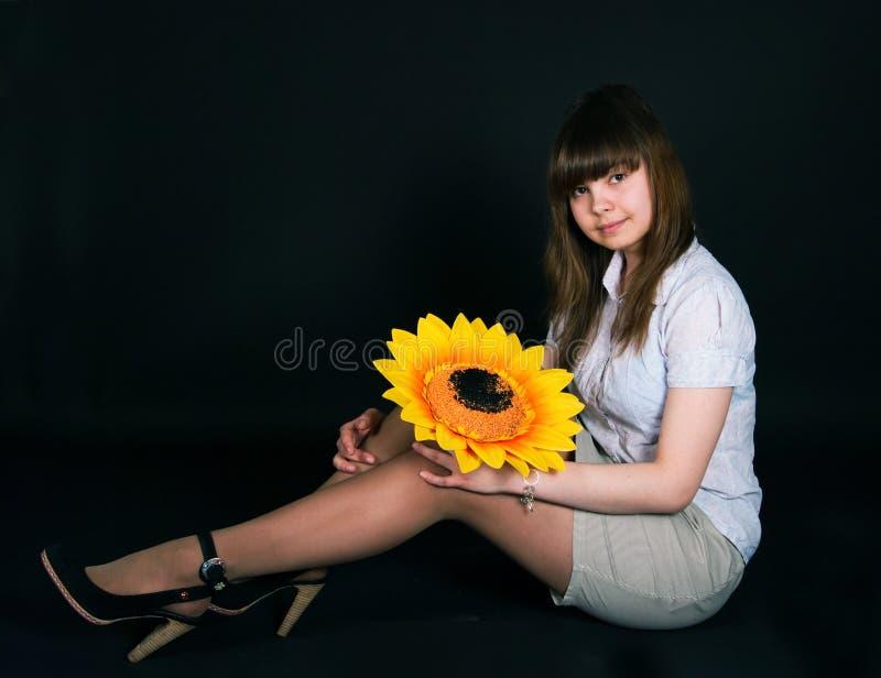Mädchen und Sonnenblume stockfoto