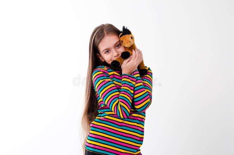 Mädchen- und Spielzeugpferd lizenzfreies stockbild
