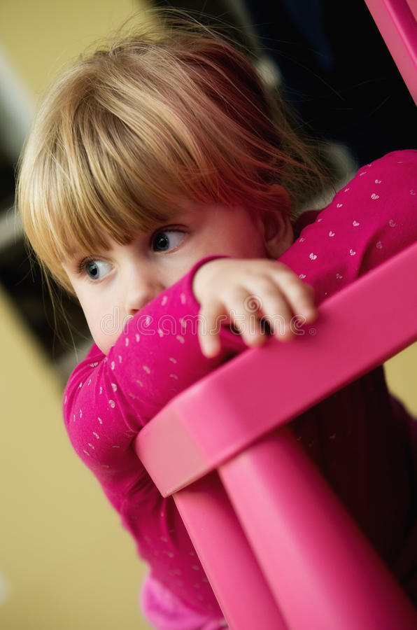 Mädchen und Stuhlportrait stockbild