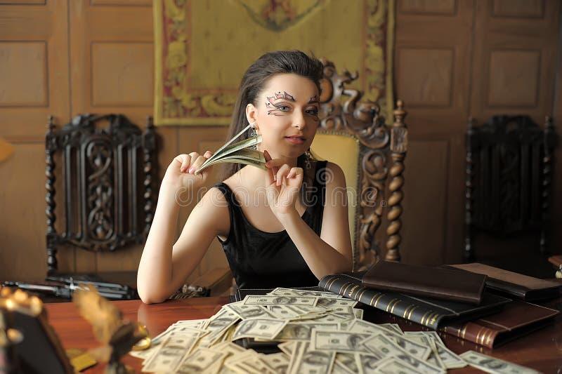 Mädchen und viele Dollar lizenzfreie stockbilder