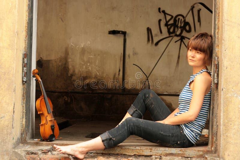 Mädchen und Violine lizenzfreie stockbilder