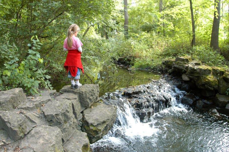 Mädchen und Wasserfall stockbilder