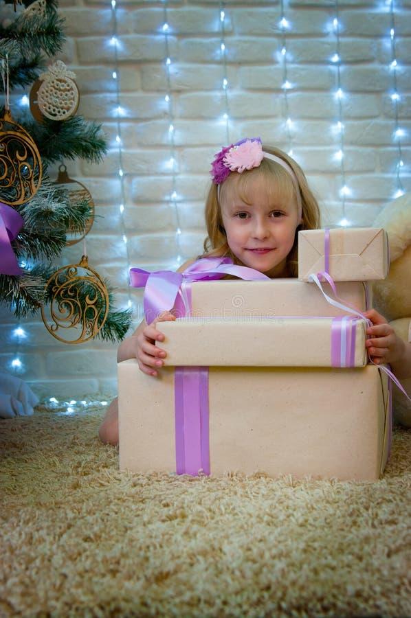Mädchen- und Weihnachtsgeschenke lizenzfreies stockfoto