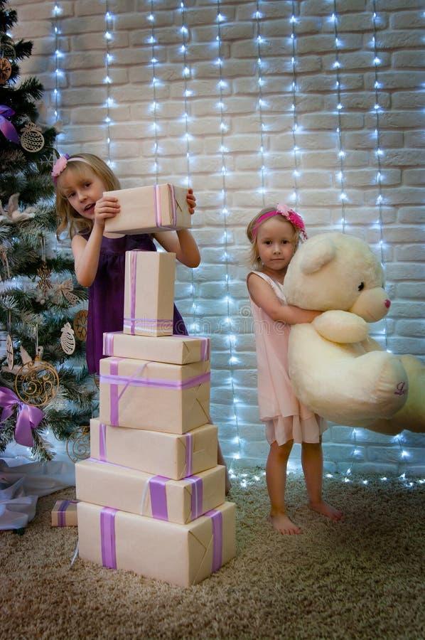 Mädchen- und Weihnachtsgeschenke stockbilder