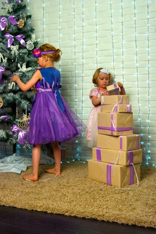 Mädchen- und Weihnachtsgeschenke stockfoto