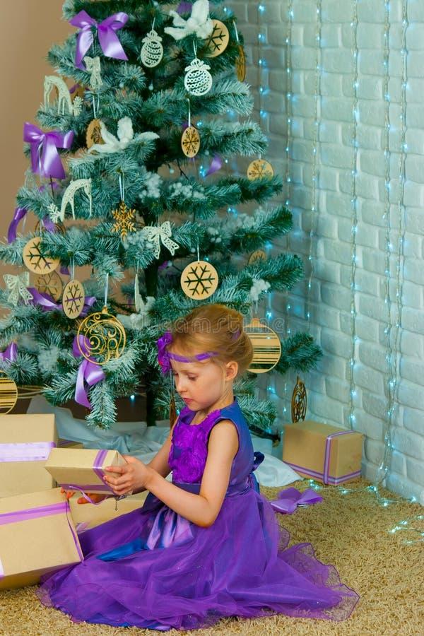 Mädchen- und Weihnachtsgeschenke lizenzfreie stockfotografie