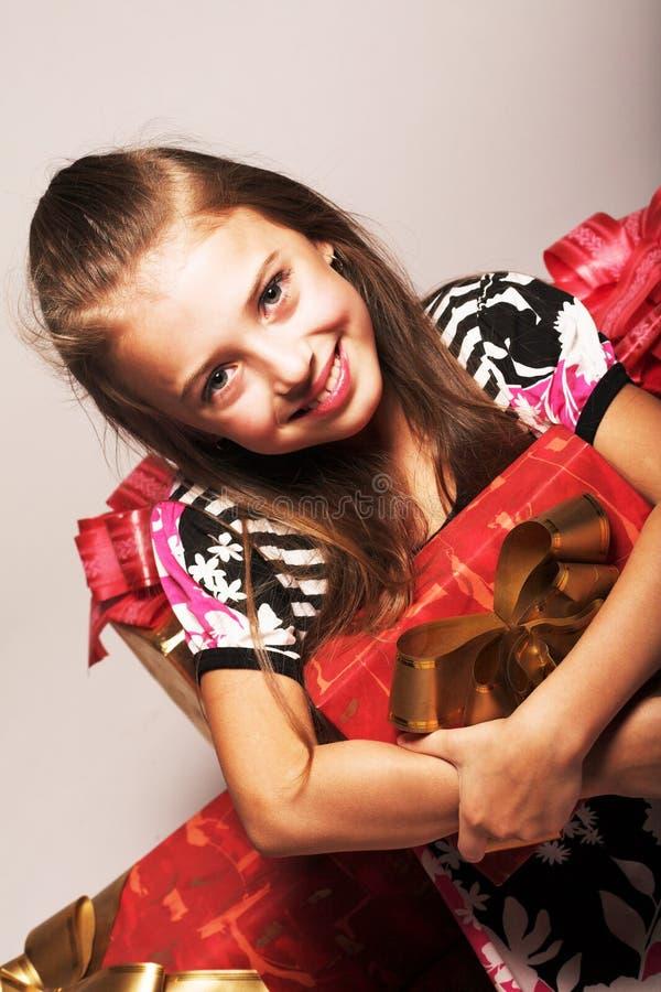 Mädchen- und Weihnachtsgeschenke lizenzfreie stockbilder