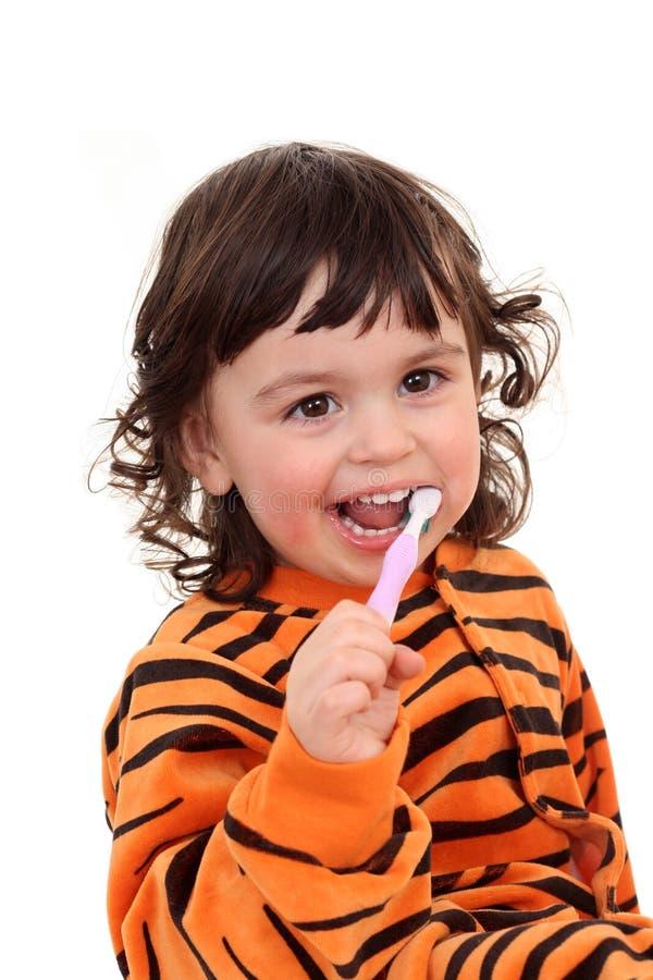 Mädchen und Zahnbürste stockfoto
