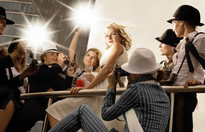 Mädchen unter Fotografen stockbild