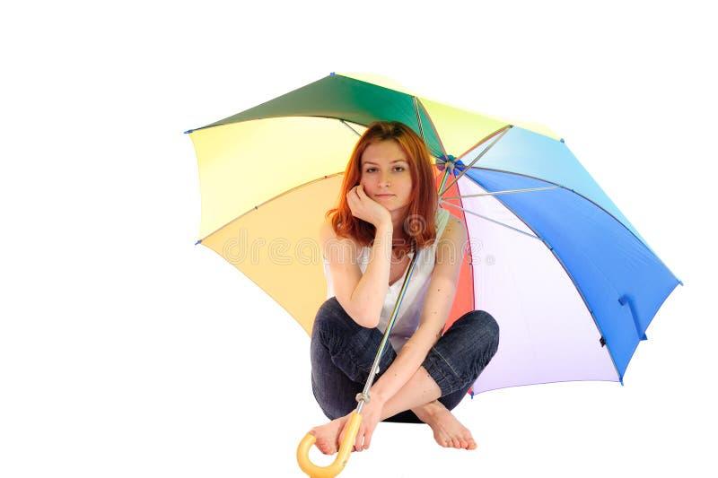 Mädchen unter Regenschirm lizenzfreies stockfoto