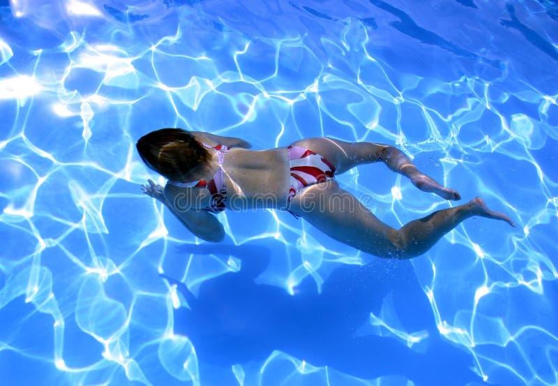 Mädchen Unterwasser lizenzfreies stockfoto