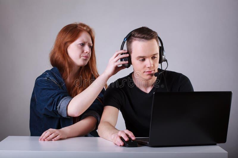 Mädchen verärgert für süchtigen Jungen des Computers stockbilder