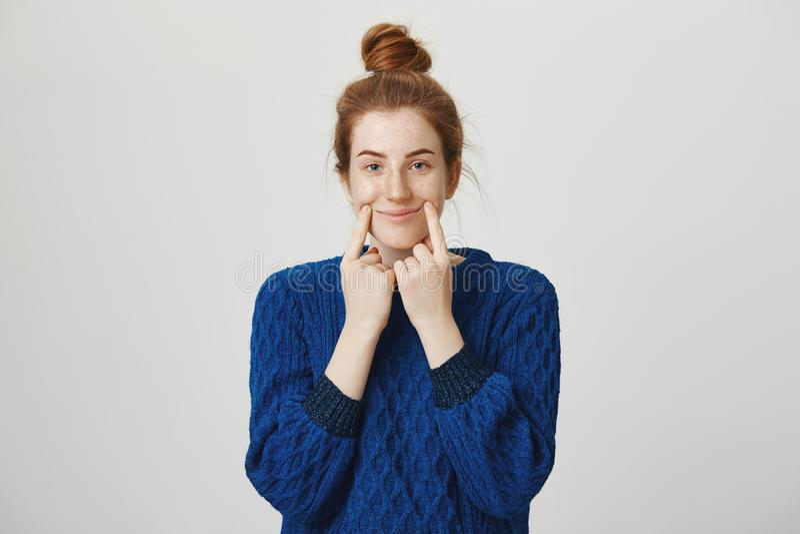 Mädchen versucht, sie vorzutäuschen ist glücklich vor Leuten Innenschuß der ruhigen und normalen Rothaarigefrau in der Winterstri lizenzfreies stockfoto