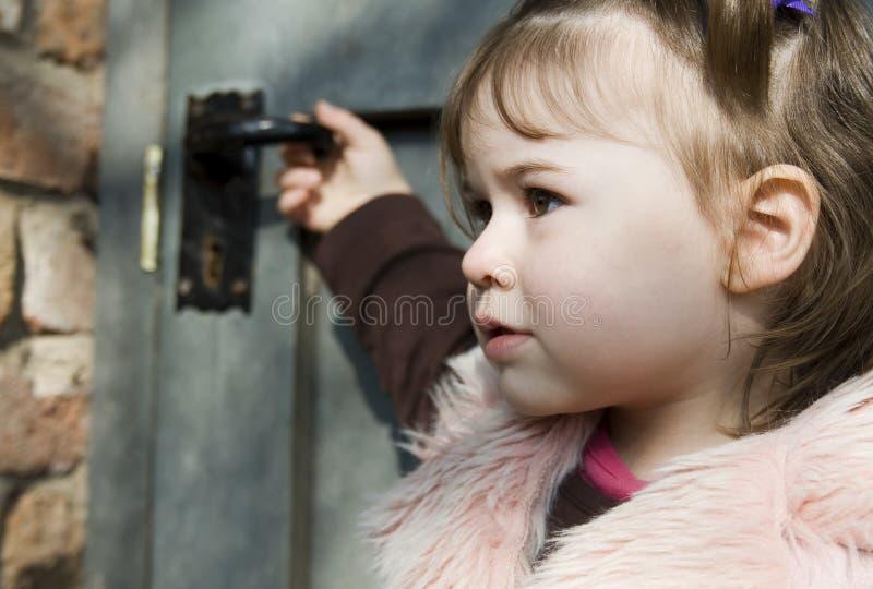 Mädchen vor einer Tür lizenzfreie stockbilder